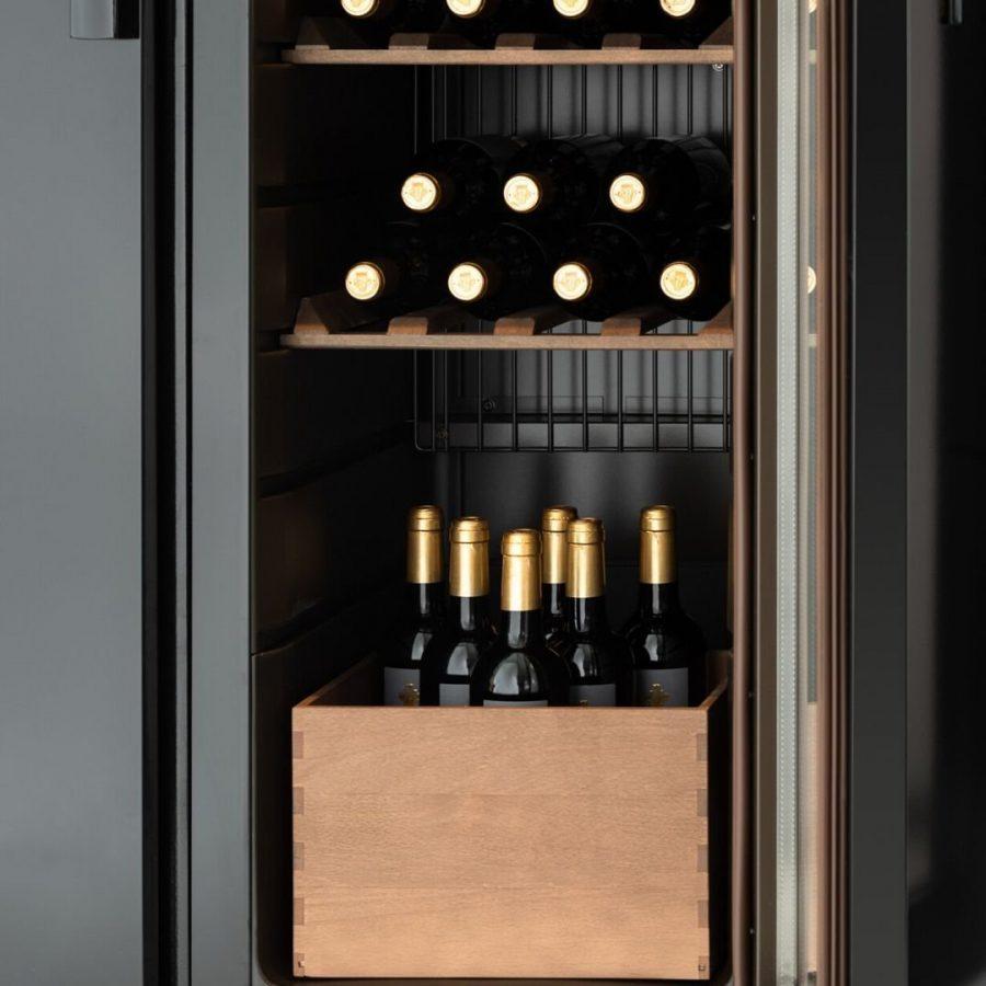 Uuden malliston viinikaapin pohjalla oleva varustekappa.